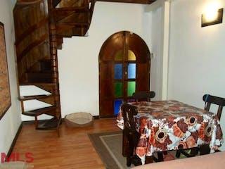 Una cama sentada en un dormitorio junto a una ventana en No aplica