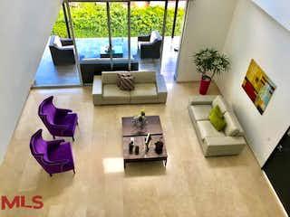 Una sala de estar llena de muebles y una gran ventana en Mirador Del Poblado