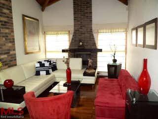 Una sala de estar llena de muebles y una chimenea en Casa en venta en Loma De Cumbres de 350m² con Bbq...