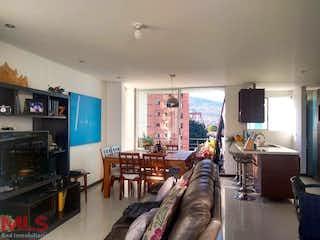 Una sala de estar llena de muebles y una televisión de pantalla plana en Orión Plaza (Laureles)
