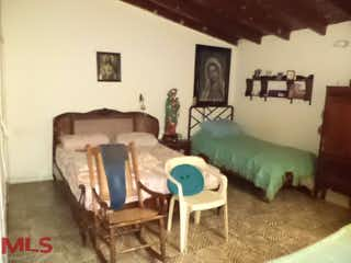 Una sala de estar llena de muebles y una pintura en Casa en Calasanz, Medellín