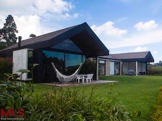 Una casa que está sentada en la hierba en Urapanes