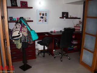 Una habitación llena de muebles y mucho desorden en Carriquí