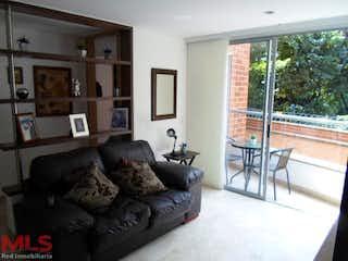 Una sala de estar llena de muebles y una gran ventana en San Gabriel