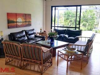 Una sala de estar llena de muebles y una gran ventana en San Sebastian De La Castellana