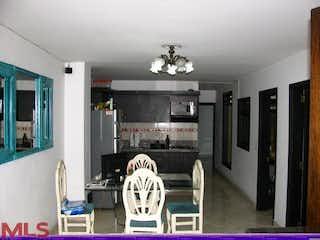 Una sala de estar llena de muebles y una chimenea en Cabañitas