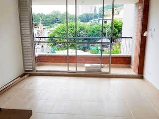 Un baño con una ventana y una ventana grande en Reserva De Bucaros