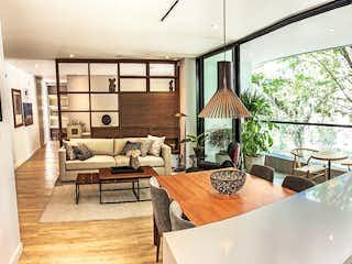 Una sala de estar llena de muebles y una gran ventana en Parma