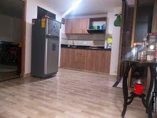 Cocina con nevera y microondas en Apartamento en venta en Pilsen, Itagui.