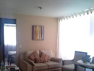 Una sala de estar llena de muebles y una televisión de pantalla plana en Olmos de la Colina