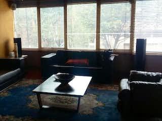 Una sala de estar llena de muebles y una gran ventana en Bosque del Retiro