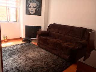 Una sala de estar con un sofá y una mesa de café en Penthouse en Contador, Cedritos - 65mt, tres niveles, dos alcobas