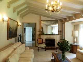 Una sala de estar llena de muebles y una chimenea en Casa de 390m2 en Santa Ana, Usaquén - con cuatro alcobas