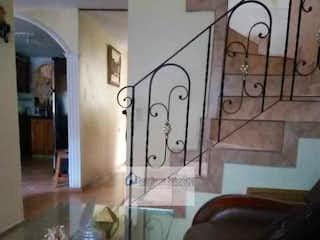Una sala de estar llena de muebles y una ventana en Casa en venta en La Cuenca, 123mt.