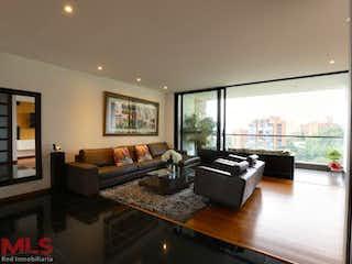Una sala de estar llena de muebles y una gran ventana en Mondrian