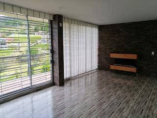 Un banco de madera sentado delante de la ventana en Alto de Patios