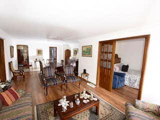 Una sala de estar llena de muebles y una mesa en Paysamay II