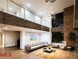 Una sala de estar llena de muebles y una televisión de pantalla plana en Seniors Club El Vergel