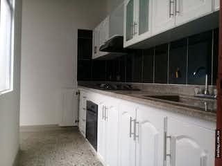 Una cocina con armarios blancos y electrodomésticos blancos en No aplica