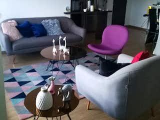 Una sala de estar llena de muebles y una gran ventana en oporto ciudadela