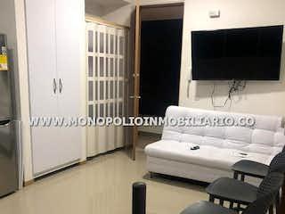Una cama blanca sentada en una habitación junto a una ventana en PARAISO DEL SOL 103