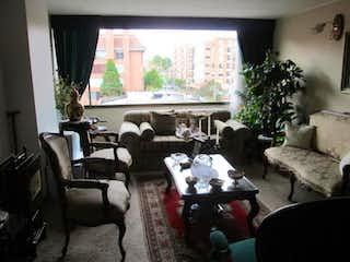 Una sala de estar llena de muebles y una chimenea en La Sierra