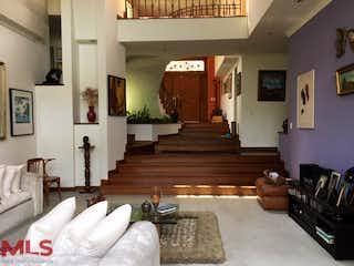 Una sala de estar llena de muebles y una chimenea en San Bartolome De Las Casas