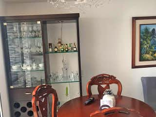 Una sala de estar con una mesa y sillas en Apartamento en Venta ROBLEDO, con 3 habitaciones-55mt2