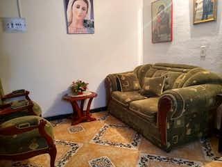 Una sala de estar llena de muebles y un sofá en Recodo Del Parque