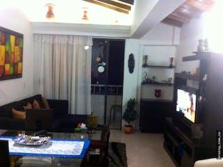 Una sala de estar llena de muebles y una televisión de pantalla plana en Apartamento en venta en Barrio Mesa, Envigado.