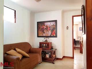 Una sala de estar llena de muebles y una televisión de pantalla plana en La Capilla