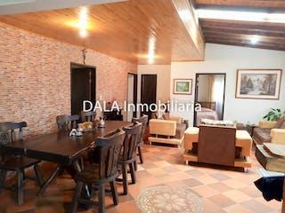 Una sala de estar llena de muebles y una mesa en Casa en venta en Casco Urbano Cajicá, 570m² con Jardín...