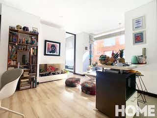 Una sala de estar llena de muebles y una televisión de pantalla plana en Oporto Chico