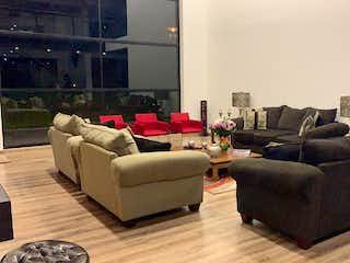Una sala de estar llena de muebles y una ventana en Llano Grande