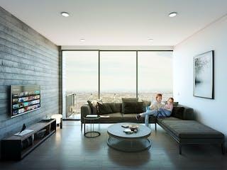 Un hombre sentado en un sofá en una sala de estar en Spazio Torre Inn