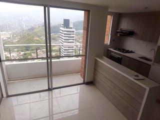 Un cuarto de baño con una ventana y una ducha en Apartamento en La Aldea, La Estrella - 57mt, dos alcobas, balcón