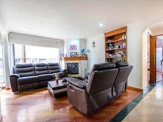 Una sala de estar llena de muebles y una chimenea en Apartamento rn Santa Barbara Occidnetal, Santa Barbara - 89mt, dos alcobas, chimenea