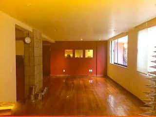 Una sala de estar con suelos de madera y paredes amarillas en Departmento en venta en Lomas de Tetelpan con alberca