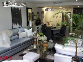 Una sala de estar llena de muebles y una planta en maceta en Seniors Club Fizebad