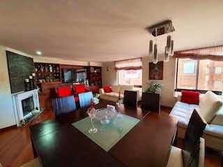 Una sala de estar llena de muebles y una televisión de pantalla plana en Conjunto Aticos ll Etapa lV