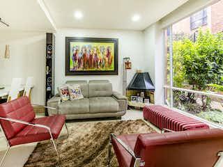 Una sala de estar llena de muebles y una televisión de pantalla plana en Casas de ciudad salitre etapa 1