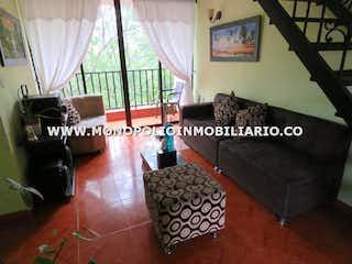 Una sala de estar llena de muebles y una alfombra en CERROS VI  510