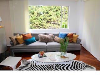 Una sala de estar llena de muebles y una gran ventana en Casa en venta en Alto de las Palmas Envigado de 3 Habitaciones