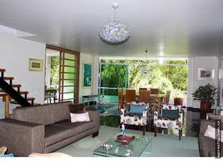 Una sala de estar llena de muebles y una gran ventana en Casa en venta en El Esmeraldal con acceso a Balcón