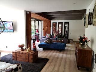 Una sala de estar llena de muebles y una chimenea en Bosque Nativo