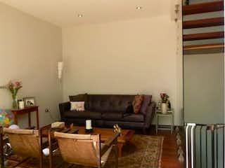 Una sala de estar llena de muebles y una chimenea en Casa tipo Town House en venta en col. Del Valle Centro 219 m²