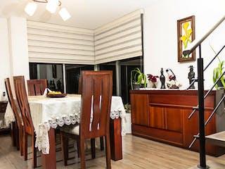 Una sala de estar llena de muebles y una televisión de pantalla plana en Casa en La Balsa, Chia - Tres alcobas