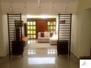 Una sala de estar llena de muebles y una ventana en  SINDAMANOY
