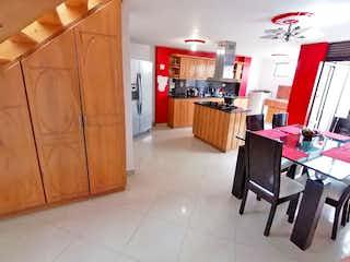 Una cocina que tiene una mesa y sillas en ella en No aplica
