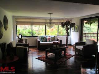 Una sala de estar llena de muebles y una gran ventana en La Toscana